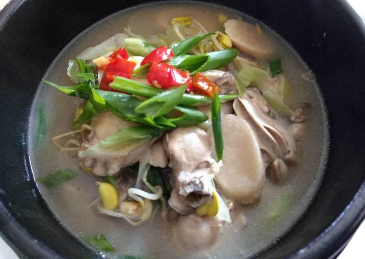 Oyster brown rice cake soup牡蛎豆芽年糕汤