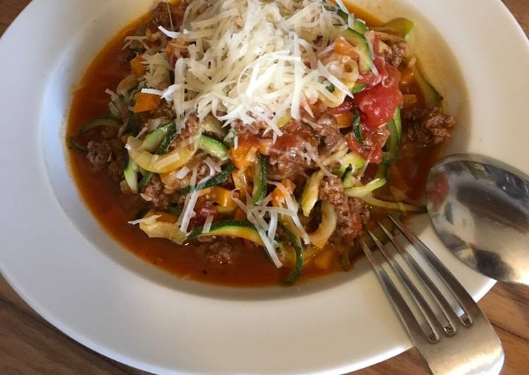 Zucchininudeln (Zoodles) mit Bolognese