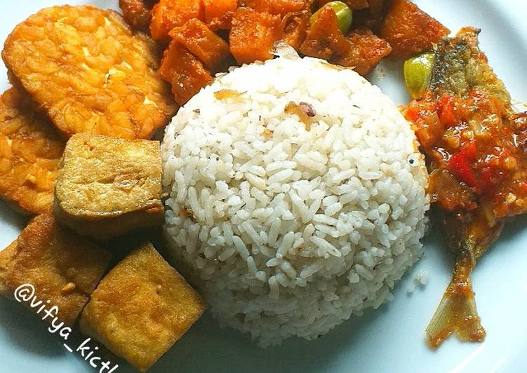 38. Nasi Liwet Teri Simple - cookandrecipe.com