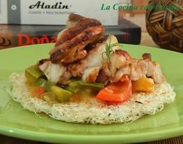 Nidos crujientes de fideos de arroz con curry de verduras y pollo a la plancha