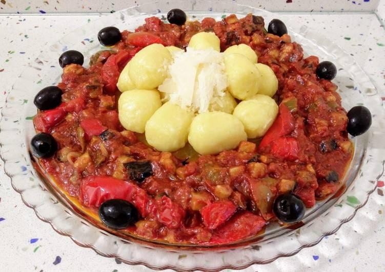 Gnocchis de calabaza con pisto, aceitunas y parmesano