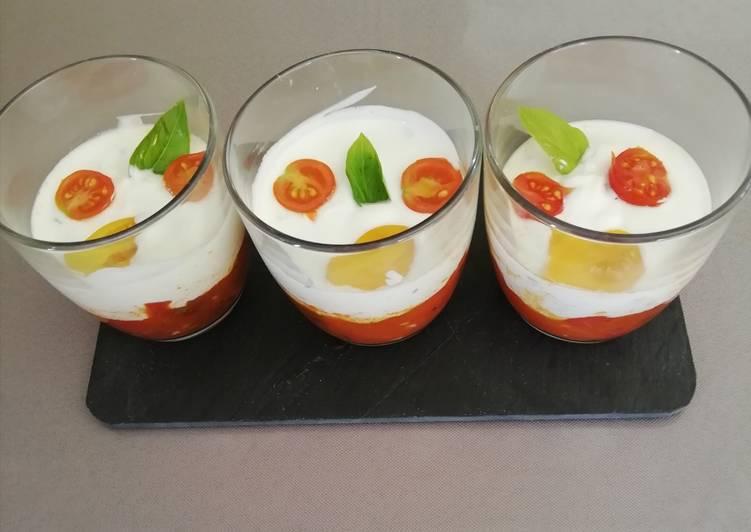 Verrine de fromage blanc chèvre, basilic sur compotée de tomates