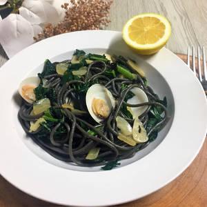 Espaguetis nero di sepia con almejas y Cavolo Nero