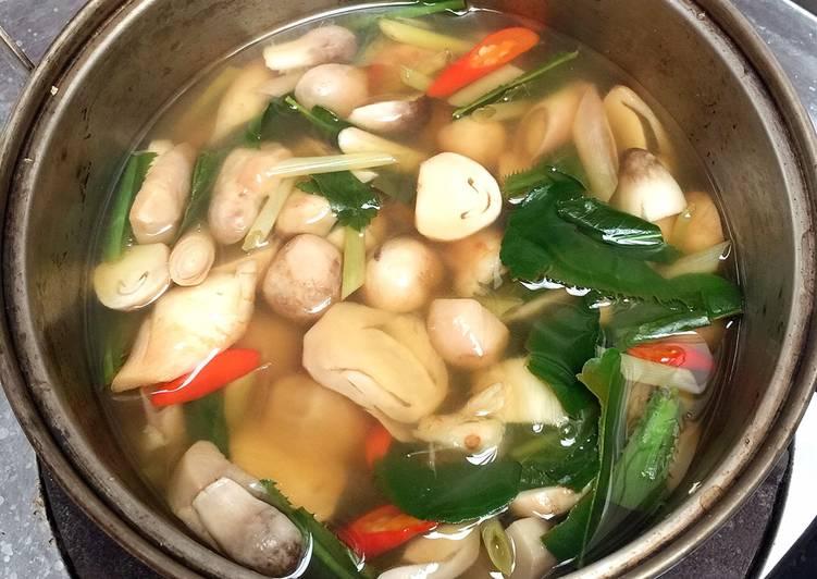 ต้มยำเห็ดรวม อาหารของไทยยอดนิยมที่มีสมุนไพรมากมายพร้อมวิธีการทำ