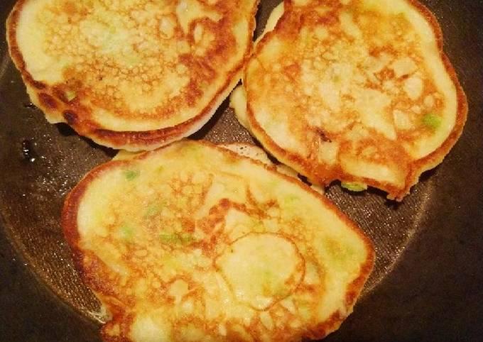 Pancakes à l'oignon et à la ciboulette