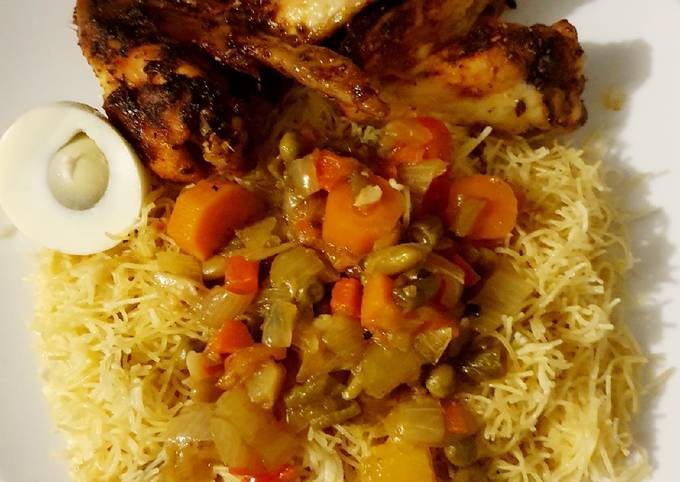 Vermicelles au poulets accompagné de sauce oignions et légumes