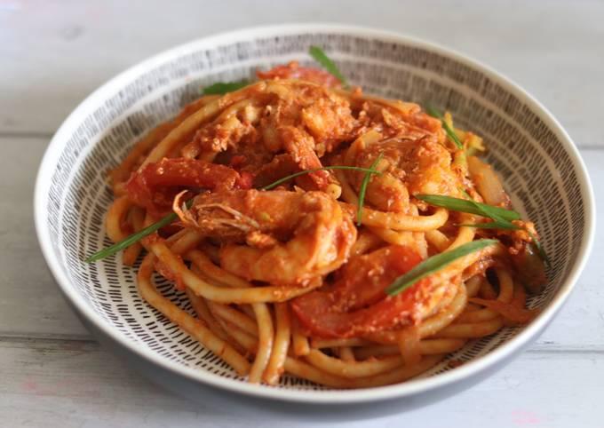 Thai style bucatini with prawns in spicy sriracha passata 🍝
