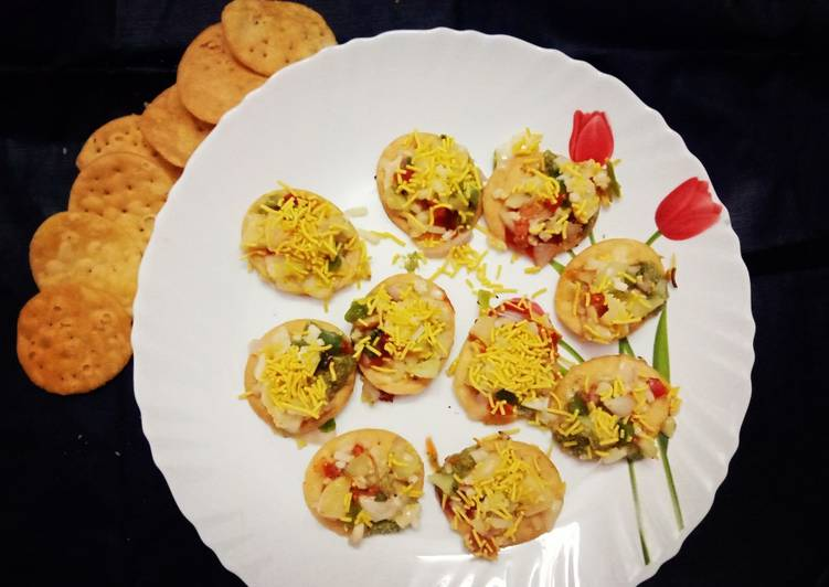 Recipe of Speedy Papdi pizza with salsa topping