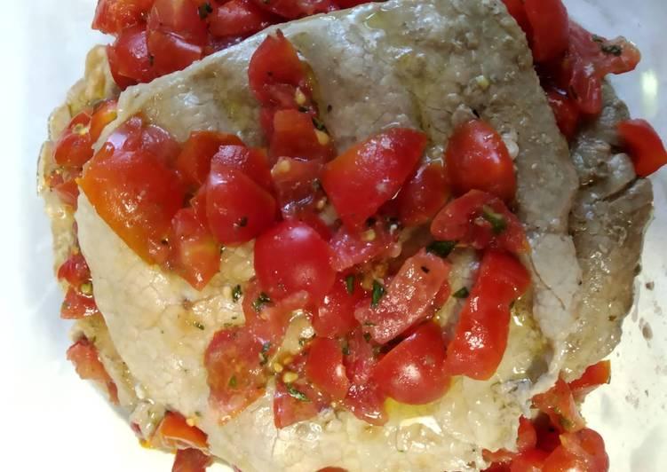 Piatto freddo. Fettine marinate con pomodorini e basilico