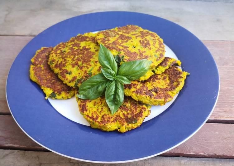 Frittelle di zucchine e fiori di zucca in padella