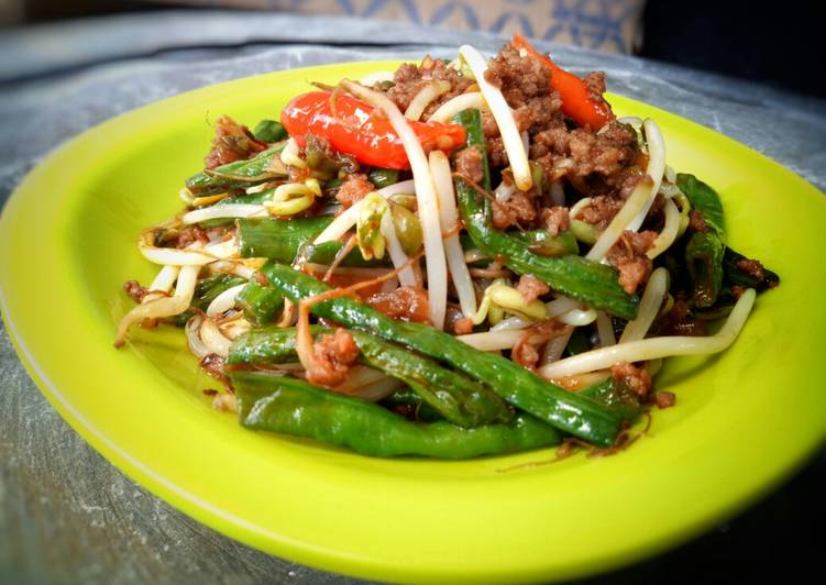 Tumis kacang panjang daging cincang pedas