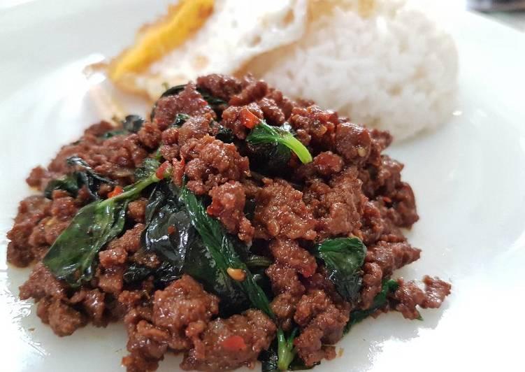 Thai Stir Fry Basil with Beef (Pad Bai Hōraphā)
