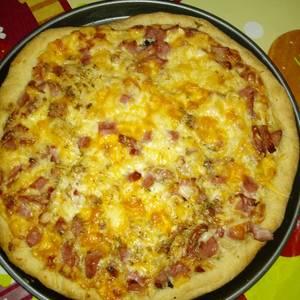 Pizza de crema de queso roquefort con jamón york y bacon