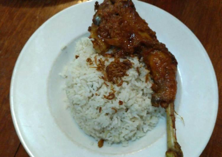 Bagaimana Membuat Nasi Uduk Ayam Goreng (#sarapan_hari ke 4) Yang Bisa Manjain Lidah