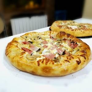 Pizza con masa pizza napolitana gruesa