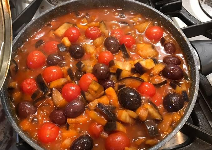 Aubergine, tomatoes and olives pasta sauce (vegan)