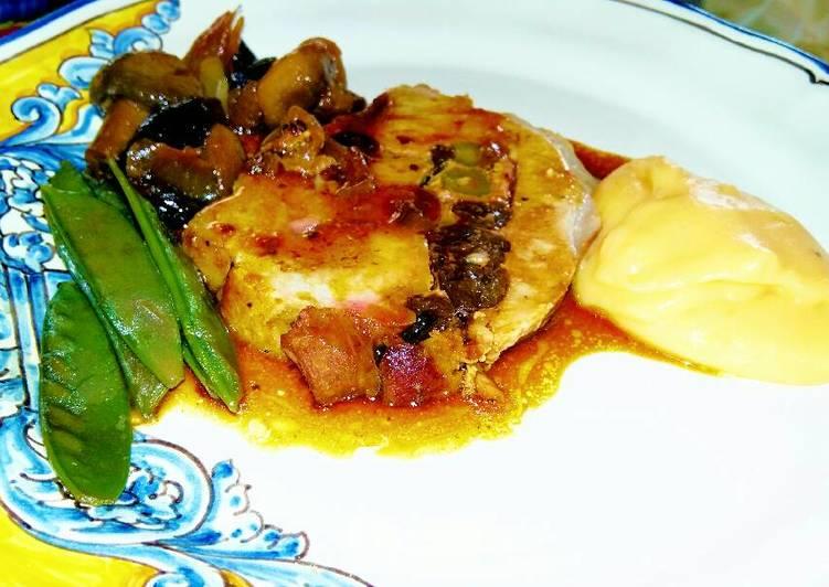 Lomo de cerdo relleno, con compota de cebollitas y hongos