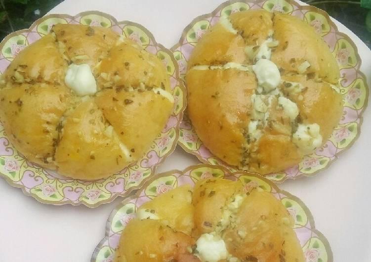 Korean Garlic Cheese Bread (Chijeu Ppang)