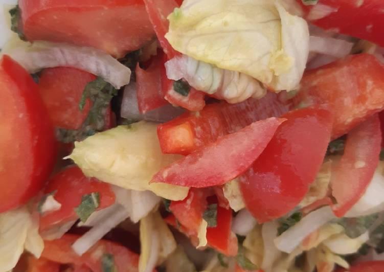 Gemischter Salat mit Avocado und frischer Minze