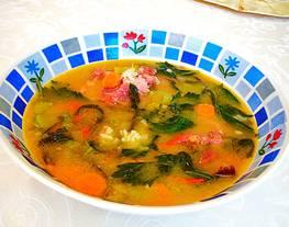Súper delicioso consomé con carne ahumada y arrozal aroma de apio