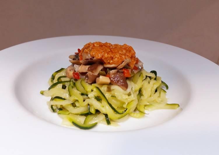 Espaguetis de calabacín con setas y romesco