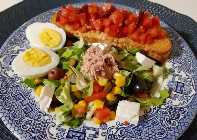 Bruschetta, salade variée au thon,fromage et oeufs durs ❤