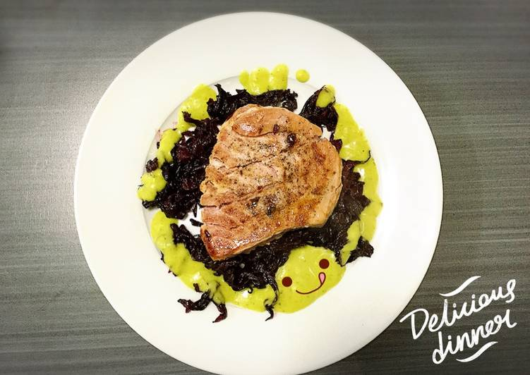 Medallón de atún en salsa de jamaica con guacamole なな紫ʕ•ᴥ•ʔ。