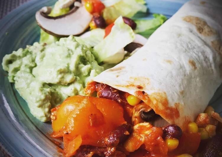Tortilla Wrap mit Hähnchen-Gemüsefüllung und selbstgemachter Guacamole *