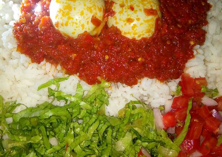 Rice and stew with eggs and salad