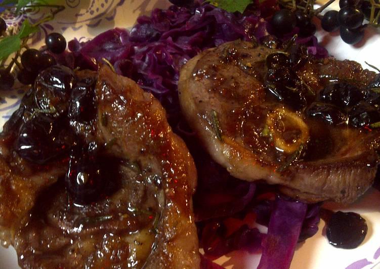 Chou aigre-douce rouge avec de l'agneau et les raisins