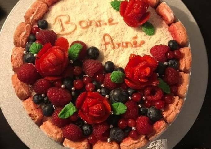 Charlotte aux fruits rouges et aux biscuits roses de Reims. 😋