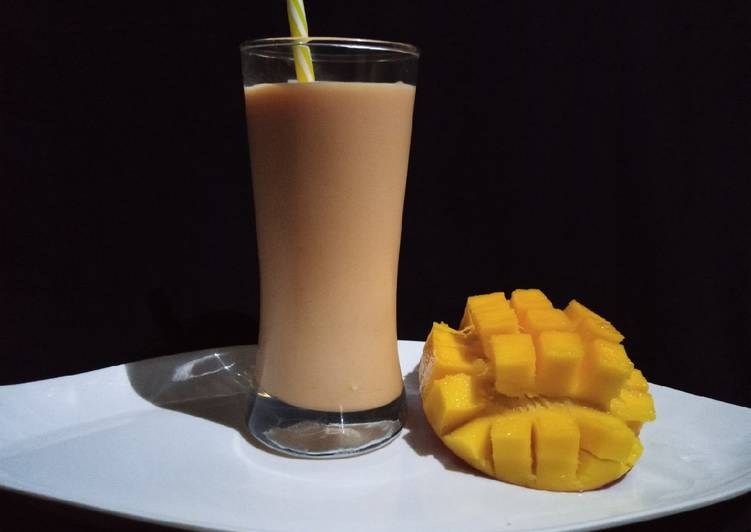 Mango strawberry yogurt smoothie