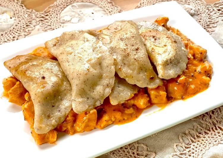 Ravioli al Grano Saraceno e Aquafaba ripieni di ceci e patate con Strogonoff di Pollo