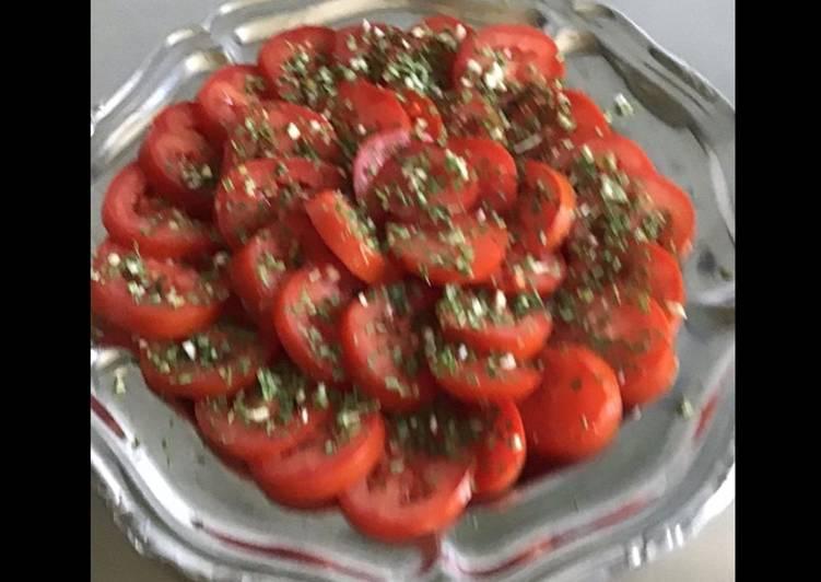 Salade de tomates du jardin aux herbes et oignon nouveau