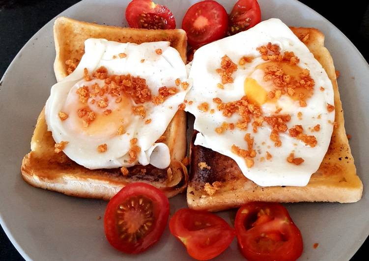 My Simple Fried Egg on Toast with Bacon Crisps and Tomatoes. 😘