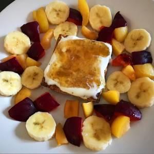 Merienda súper saludable con fruta y pan de avena al microondas