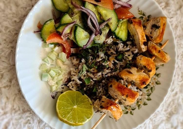 Gà nướng souvlaki với oregano, salad hy lạp