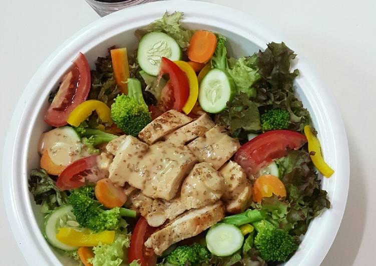 Cách Làm Món Salad ức gà sốt mè rang kewpie của Bis Huynh - Cookpad