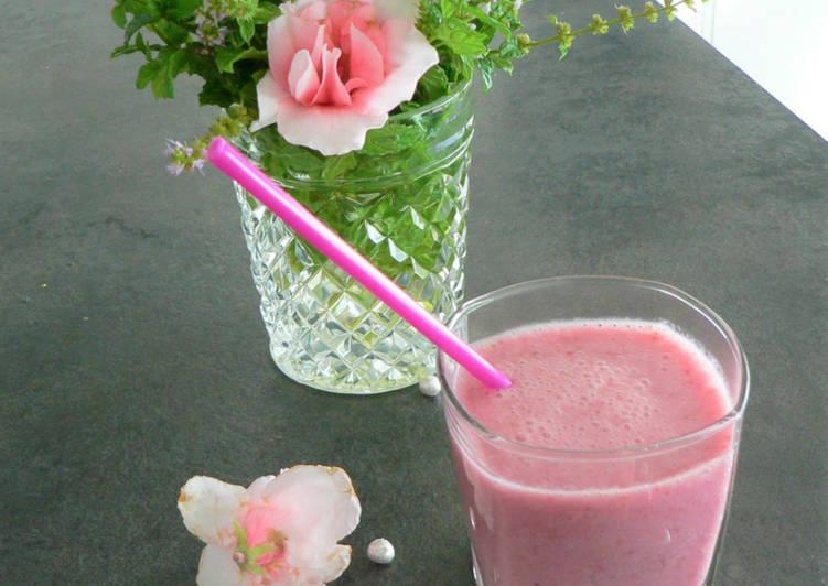 Smoothie de fruits rouges au lait d'amandes à la menthe sauvage