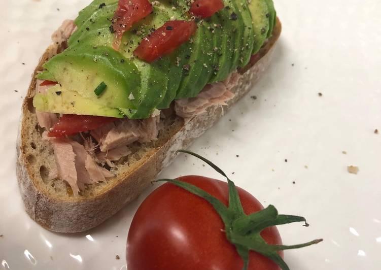 Avocado toast thon tomate
