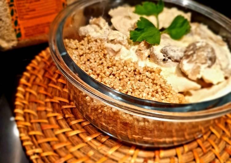 Comment Servir Aiguillettes de poulet sauce fromage blanc, champignons et quinoa