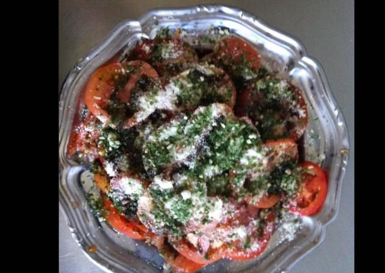 La Meilleur Recette De Salade de tomates oignon nouveau herbes fraîches et parmesan