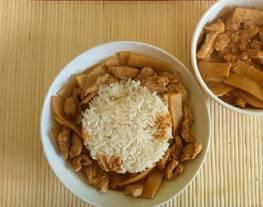 Pollo Thaï al curry rojo y leche de coco con arroz basmati