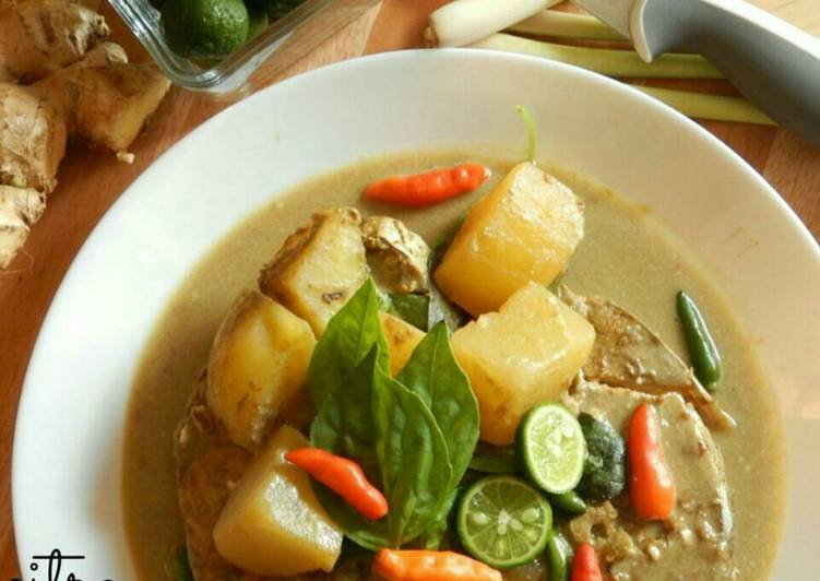GAENG LEUANG PLA (THAI YELLOW CURRY with FISH)