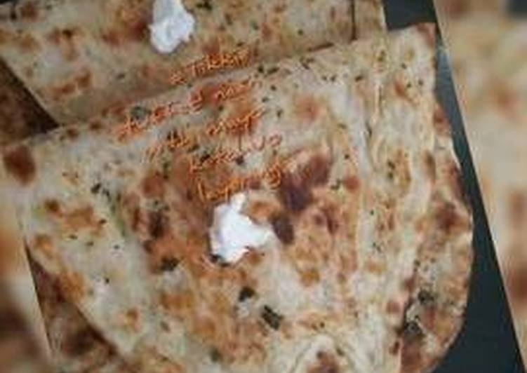 No meat Tikkie stuffed naan with mayo-ketchup layering