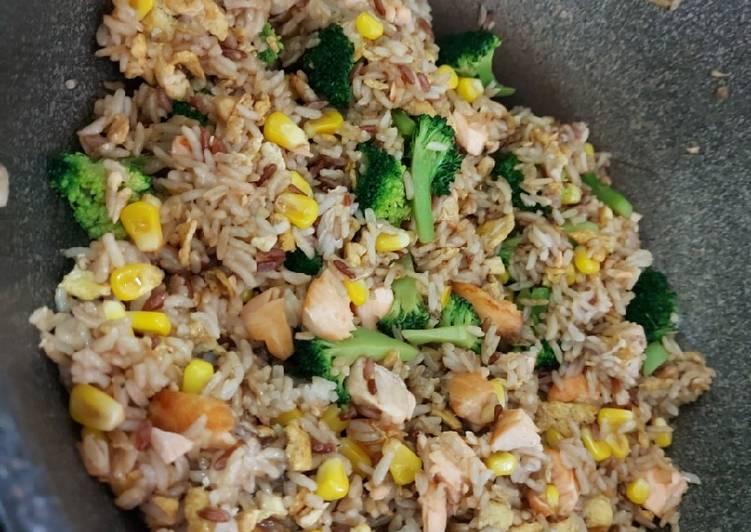 Nasi goreng ikan salmon