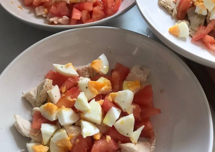 Ensalada fresquita de pollo asado,tomate y huevo. Aliño de Vidalim Kids 😋😋😋