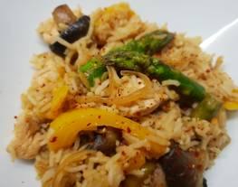 Arroz salteado con pollo y verduras sin gluten