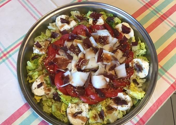 Salade composée : sucrine endives tomates bœuf séché et mozzarella di buffala