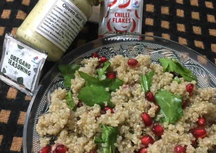Quinoa, spinach and pomegranate salad with italian dressing